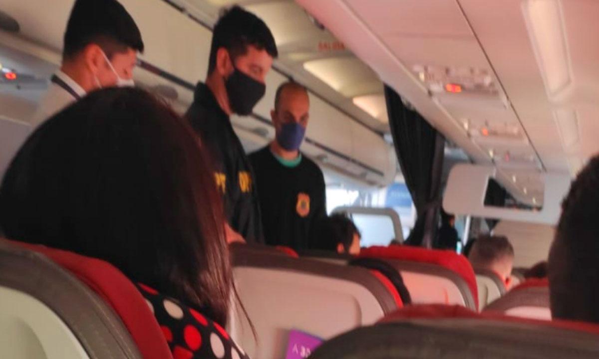 Latam expulsa passageiro de voo por homofobia contra comissário